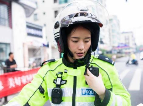 美女不上清华北大做交警 骑520斤摩托